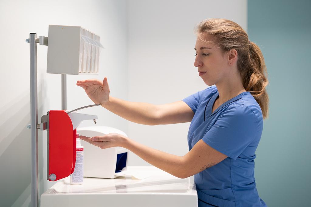 Desinfektionsmittelspender in Signalfarbe verbessern der Infektionsschutz