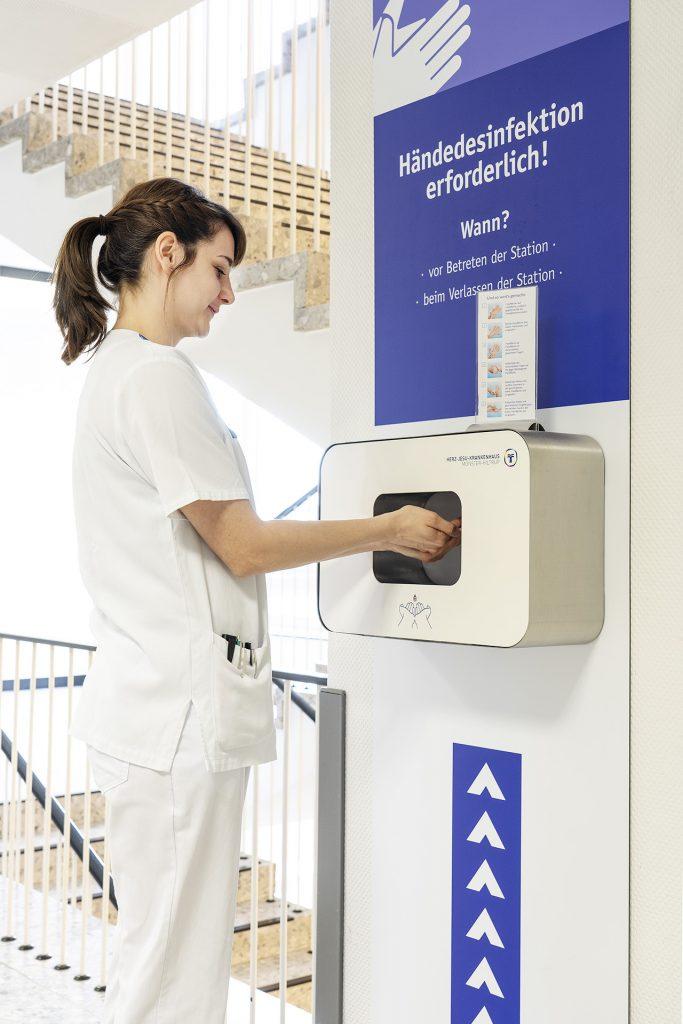 Hygienefachkraft führt Hygieneschulungen durch.